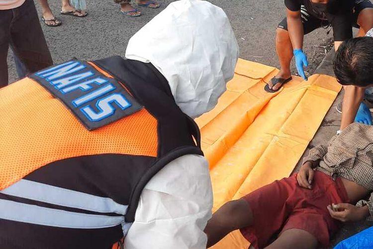 Petugas Polsek Indihiang dan Tim Inafis Satreskrim Polresta Tasikmalaya, mengevakuasi mayat anak bercelana SD dengab mulut berbusa di dekat Terminal Type A Indihiang, Kota Tasikmalaya, Kamis (6/8/2020) pagi.