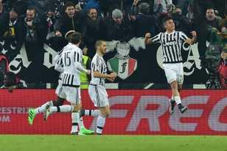 Striker Juventus, Paulo Dybala, meluapkan kegembiraannya seusai berhasil mencetak gol ke gawang AS Roma, Minggu (24/1/2016).