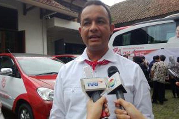 Peserta konvensi calon Presiden Partai Demokrat, Anies Baswedan saat melakukan wawancara di sela-sela kampanye jalan darat berkeliling Pulau Jawa, Jumat (20/12/2013).