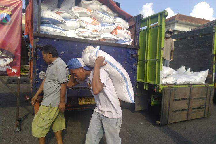 Beras yang dikumpulkan oleh para pengusaha penggiling padi dan beras (Perpadi) Jember akan diberikan pada warga terdampak Covid-19