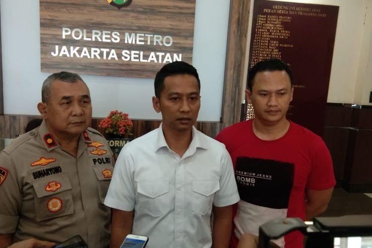 Kanit Krimum Polres Metro Jakarta Selatan AKP Ricky Pranata (tengah) di Polres Jakarta Selatan, Kamis (27/2/2020).