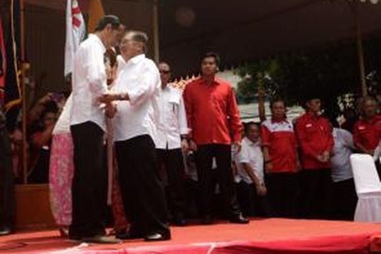 Joko Widodo bersalaman dengan Jusuf Kalla seusai deklarasi pasangan calon presiden dan calon wakil presiden di Gedung Joeang 45, Jakarta, 19 Mei 2014. PDIP bersama Partai Nasdem, PKB, dan Partai Hanura sepakat mengusung Joko Widodo dan Jusuf Kalla untuk maju sebagai pasangan capres dan cawapres.