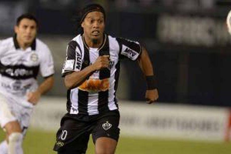Playmaker Atletico Mineiro, Ronaldinho, mengejar bola dalam laga leg pertama Copa Libertadores melawan wakil Paraguay, Olimpia di Defensores del Chaco stadium di Asuncion, Rabu (17/7/2013) waktu setempat atau Kamis pagi WIB. Atletico kalah 0-2.