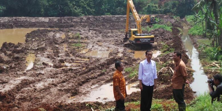 Gubernur DKI Jakarta Joko Widodo meninjau lahan seluas 18,5 hektar di RT 02 RW 01, Pondok Ranggon, Cipayung, Jakarta Timur, yang akan dijadikan tiga waduk, Kamis (6/3/2014) siang.