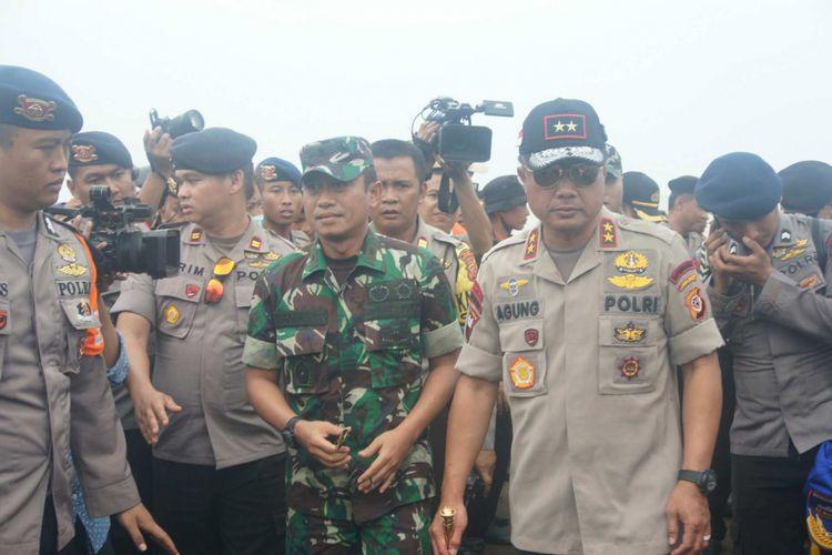 Kapolda Jabar Irjen Pol Agung Budi Maryoto (kiri) usai melakukan penyisiran di Perairan Karawang, Selasa (30/10/2018).