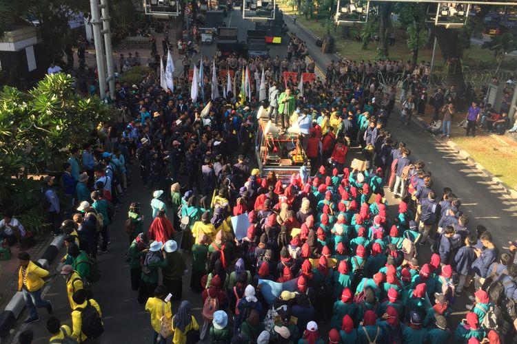 Aksi mahasiswa di Patung Kuda, Jalan Merdeka Barat, Jakarta Pusat, Senin (21/10/2019).