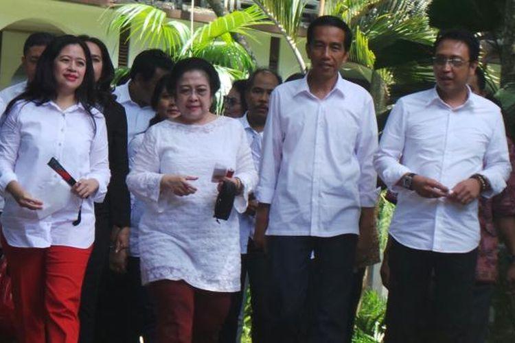 Ketua Umum DPP PDI Perjuangan Megawati Soekarnoputri didampingi Puan Maharani dan Joko Widodo berjalan dari rumahnya menuju TPS 35, di Kebagusan, Jakarta Selatan, Rabu (9/4/2014).