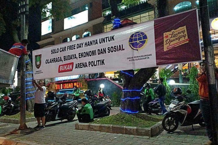 Spanduk CFD bukan arena politik terpasangan di Jalan Slamet Riyadi Solo, Jawa Tengah.