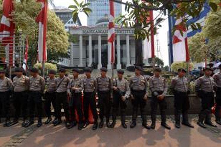 Pihak kepolisian bersiaga di depan Gedung Mahkamah Konstitusi (MK), Jalan Merdeka Barat, Jakarta, Rabu (20/8/2014). Rencananya, jalan tersebut akan ditutup terkait pembacaan putusan sidang sengketa Pilpres 2014.