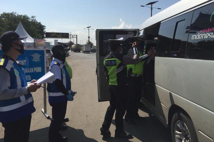 Proses pemeriksaan kendaraan di salah satu check point Jalan Tol kelolaan PT Jasa Marga (Persero) Tbk.
