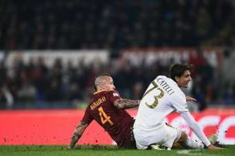 Aksi gelandang AS Roma, Radja Nianggolan (kiri), saat membobol gawang AC Milan pada pertandingan Serie A di Stadion Olimpico, Roma, Senin (12/12/2016).