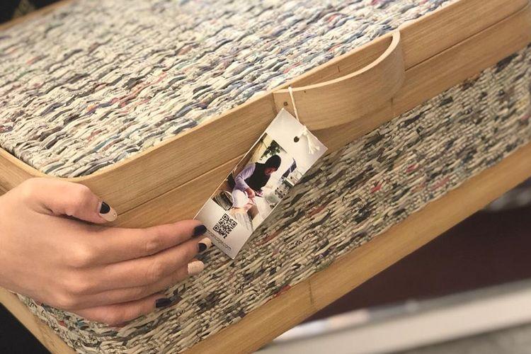 Produk-produk kerajinan Kampung Koran yang dianyam dari kertas koran bekas. Produk karya ibu-ibu Kampung Koran telah diminati oleh sejumlah hotel dan bahkan diekspor ke Amerika Serikat.
