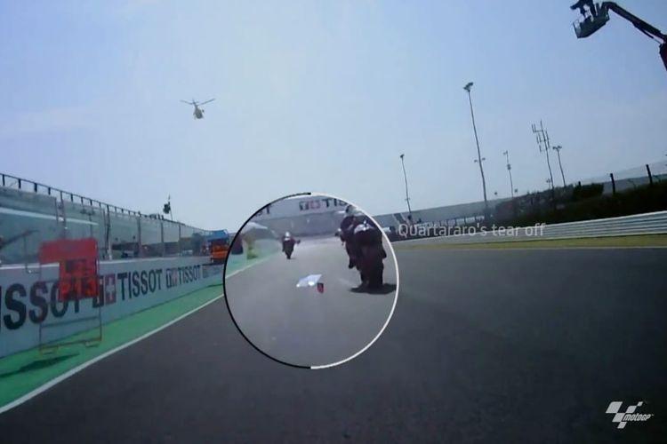 Filter udara motor Jack Miller menghisap tear off atau lapisan kaca helm milik Fabio Quartararo.