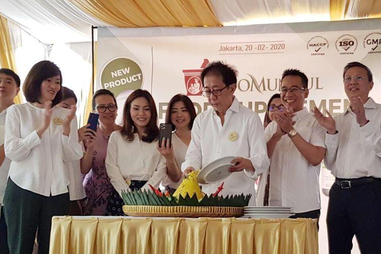 Direktur Sido Muncul Irwan Hidayat memotong tumpeng saat peluncuran 7 produk baru berupa food suplement dalam kemasan soft capsule di Kantor Sido Muncul Cipete, Jakarta Selatan, Kamis (20/2/2020)