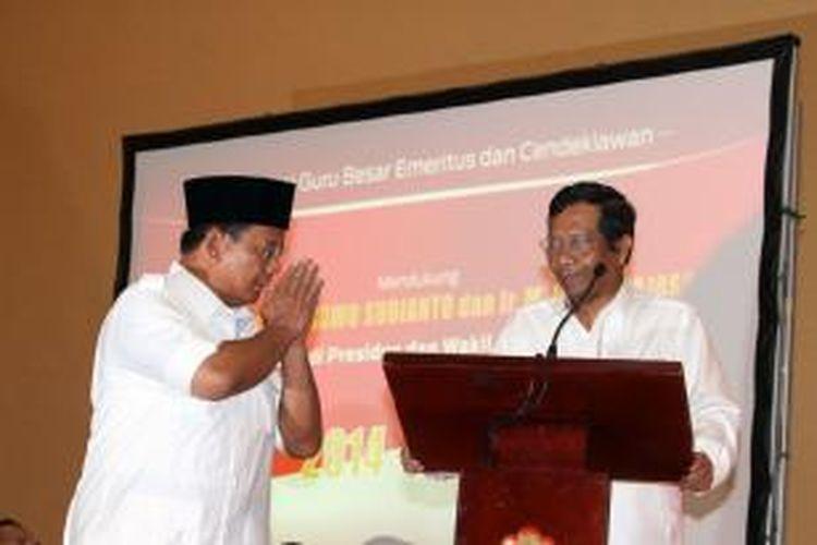 Calon Presiden dari Patai Gerindra Prabowo Subianto memberikan penghormatan kepada mantan Ketua MK Mahfud MD (kanan) saat menghadiri acara dukungan dari Guru, Guru Besar, dan Cendikiawan, di Jakarta, Selasa (27/5/2014). Sejumlah guru besar dan cendikiawan dengan latar belakang kampus yang berbeda memberikan dukungannya kepada Prabowo Subianto untuk menjadi presiden tahun 2014-2019.