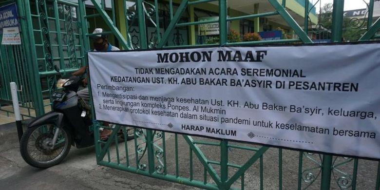 Spanduk imbauan tidak digelarnya upacara penyambutan Abu Bakar Baasyir di Pondok Pesantren Islam Al Mukmin Ngruki.