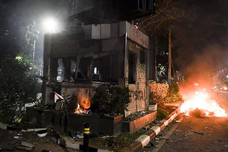 Pos Polisi dibakar saat aksi menolak UU KPK yang berakhir ricuh di Jalan Gerbang Pemuda, Senayan, Jakarta, Selasa (24/9/2019). Demo mahasiswa yang berlangsung di depan Gedung DPR sejak tadi pagi berakhir ricuh, suasana tidak kondusif terjadi sejak sore hingga malam hari.