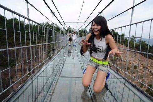 Jembatan Kaca Setinggi Seribu Meter Retak, Wisatawan Berteriak Ketakutan