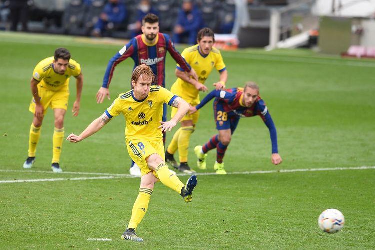 Gelandang Spanyol Cadiz Alex Fernandez mencetak gol penalti selama pertandingan sepak bola liga Spanyol antara FC Barcelona dan Cadiz CF di stadion Camp Nou di Barcelona pada Februari.