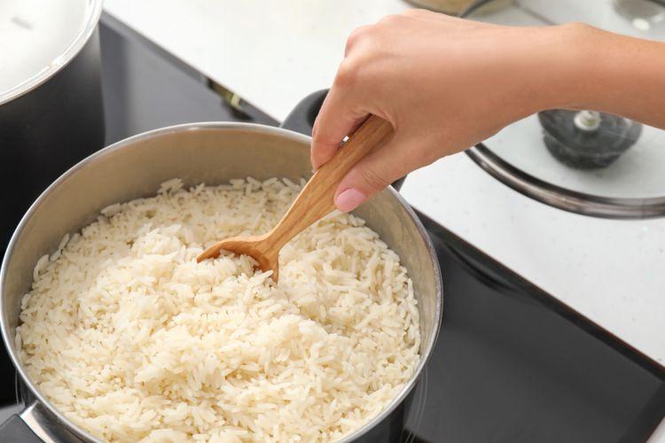 Ilustrasi proses memasak nasi.