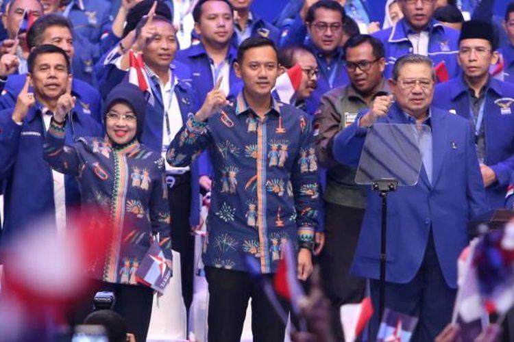 Cagub dan cawagub nomor urut 1 Agus Harimurti Yudhoyono dan Sylviana Murni saat menghadiri acara Indonesia Untuk Semua dari partai Demokrat di Jakarta Convention Center, Jakarta, Selasa (7/2/2017). Susilo Bambang Yudhoyono akan menyampaikan pidato politik dalam rangkaian Dies Natalies ke 15 partai Demokrat yang diawali Rapimnas.