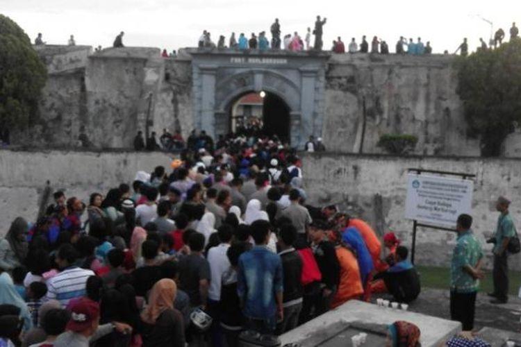 Ribuan warga Kota Bengkulu Antre di pintu masuk Benteng Marlborough saksikan gerhana matahari