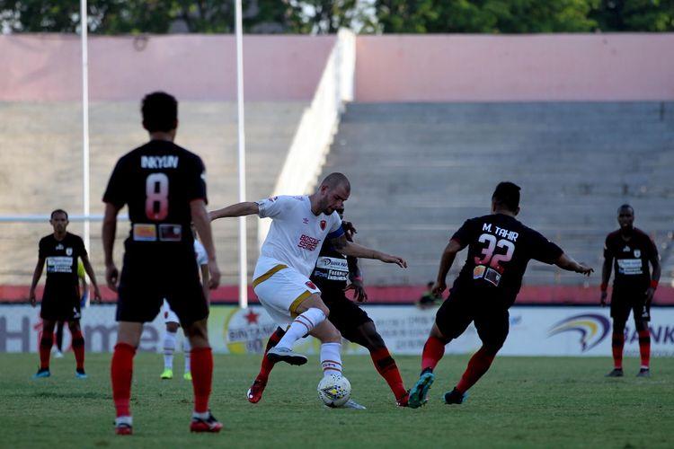 Playmaker PSM Makassar, Wijan Pluim (tengah), berusaha melindungi bola dari sergapan para pemain Persipura Jayapura. Laga Persipura vs PSM yang berlangsung di Stadion Gelora Delta, Sidoarjo, berakhir dengan skor 3-1.