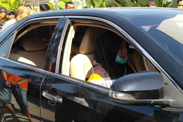 Tersangka ZH menunggu JP dan RF masuk ke mobil Camry hitam di Graha Johor untuk Selanjutnya menuju rumah di korban di Jalan Aswad.