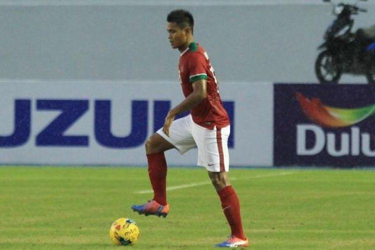 Bek tengah timnas Indonesia, Fachruddin Aryanto, beraksi pada laga pertama fase grup kontra Thailand di Piala AFF 2016.
