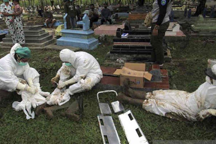 Petugas beristirahat setelah memakamkan jenazah dengan protokol Covid-19 di Tempat Pemakaman Umum (TPU) Kelurahan Paoman, Indramayu, Jawa Barat, Kamis (24/6/2021).