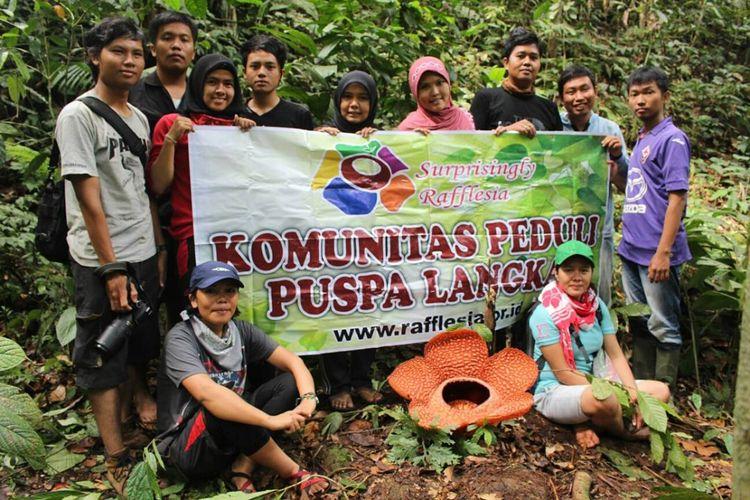 Komunitas Peduli Puspa Langka (KPPL) Bengkulu setelah melakukan pencarian dan pendataan bunga-bunga rafflesia yang mekar.