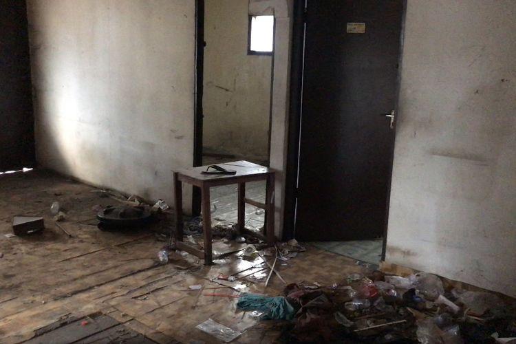 Rumah kosong berlantai dua yang dijadikan tempat nongkrong anak-anak di bawah umur di Jalan Cilandak KKO Gang Borobudur Gang Borobudur RT 013 RW 08, Ragunan, Pasar Minggu, Jakarta Selatan pada Rabu (15/9/2021) sore.