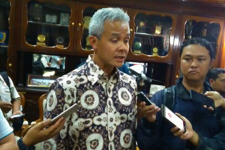 Gubernur Jateng Ganjar Pranowo saat diwawancarai awak media, Senin (20/11/2017). Ganjar ingin produksi rempah di Jateng lebih dioptimalkan agar kepentingan pengobatan masyarakat dapat terpenuhi.