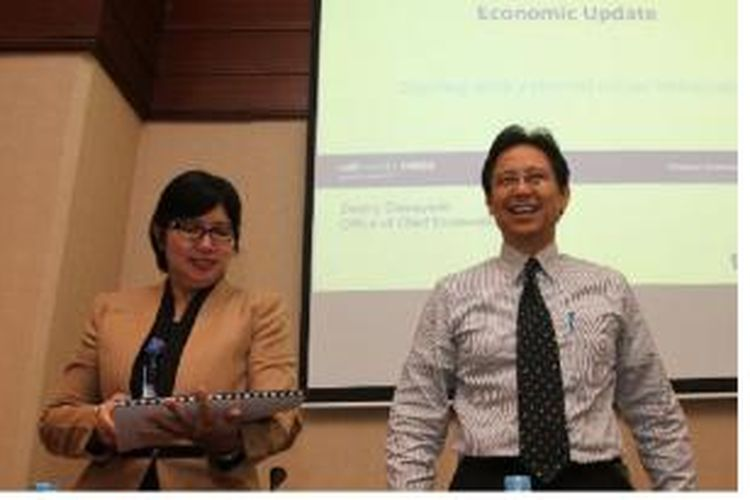 Direktur Utama Bank Mandiri, Budi G Sadikin (kanan) bersama Chief Economist Bank Mandiri, Destry Damayanti