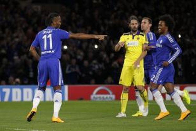 Striker Chelsea, Didier Drogba (kiri), merayakan gol ke gawang Maribor pada laga Liga Champions di Stadion Stamford Bridge, London, Selasa (22/10/2014).