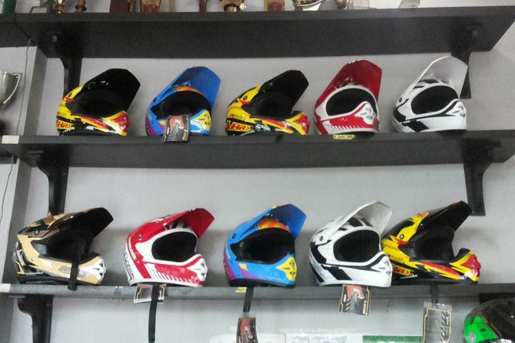 Helm untuk balap trail yang dijual di AHRS Racing Shop, Depok.