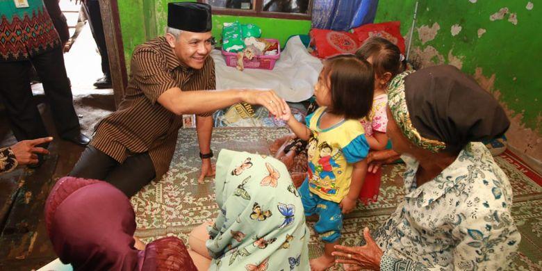 Gubernur Jawa Tengah Ganjar Pranowo mengunjungi rumah Mbah Samroh (70), warga Desa Purworejo, Kecamatan Bonang, Kabupaten Demak. Ganjar datang sambil membawa oleh-oleh berupa bantuan renovasi Rumah Tidak Layak Huni (RTLH) kepada Mbah Samroh.