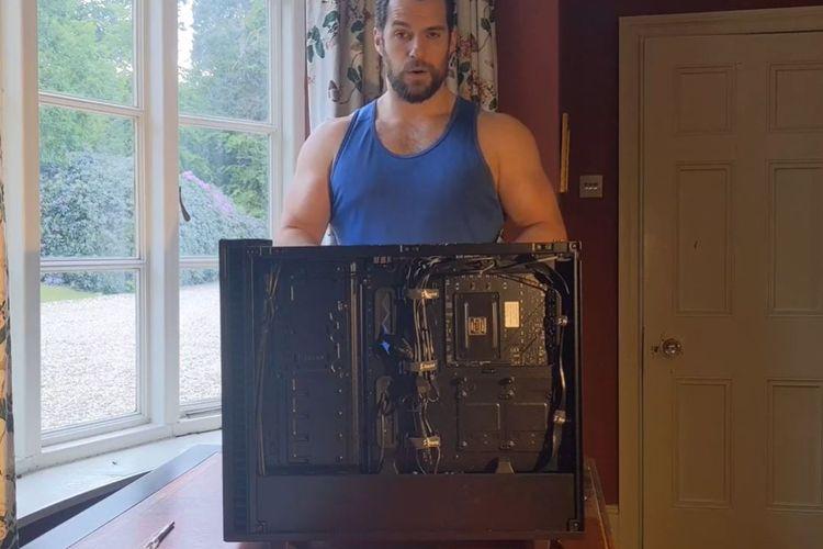Aktor Henry Cavill memamerkan kegiatan merakit PC lewat sebuah video baru.