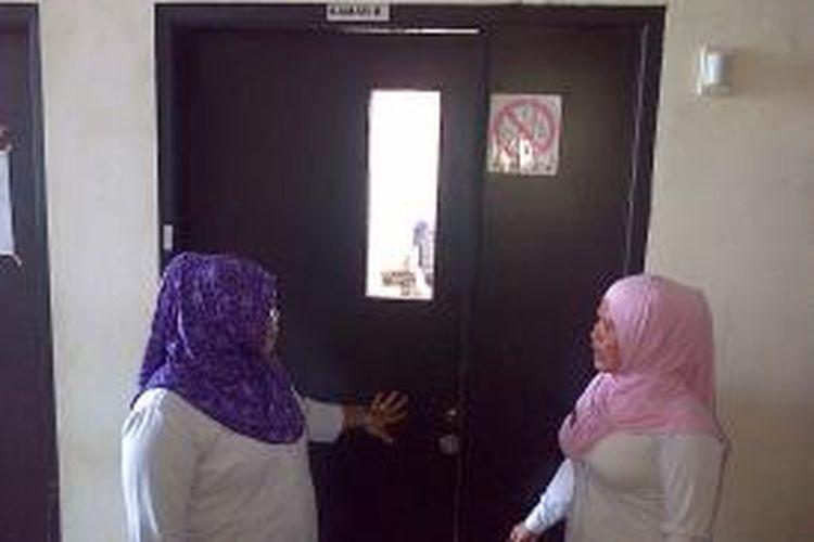 Dua orang perawat RS Bahteramas Kendari, saat hendak memasuki kamar 8 tempat 3 orang yang mendapatkana perawatan, sepulangnya dari ibadah umrah. Keluarga mereka khawatir mereka terserang virus Mers.