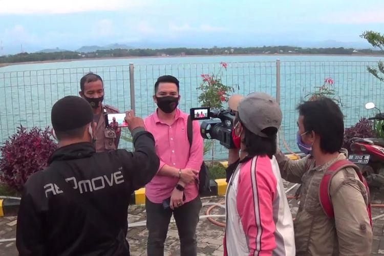 Aparat kepolisian tengah memberikan keterangan kepada awak media usai menggelar olah TKP di waduk Nipanipa, Kabupaten Gowa, Sulawesi Selatan terkait tewaenya tiga bocah. Rabu, (12/8/2020).