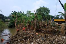 Sampah Bambu di Kali Cikeas Akan Dihanyutkan ke Kali Bekasi
