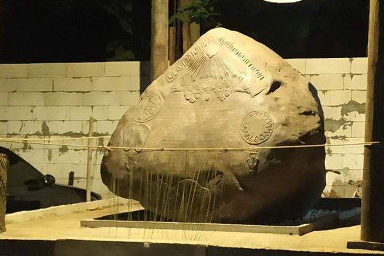 Batu prasasti di Kerajaan Keraton Agung Sejagat (KAS) atau Kerajaan Agung Sejagat Purworejo, Senin (13/1/2020).