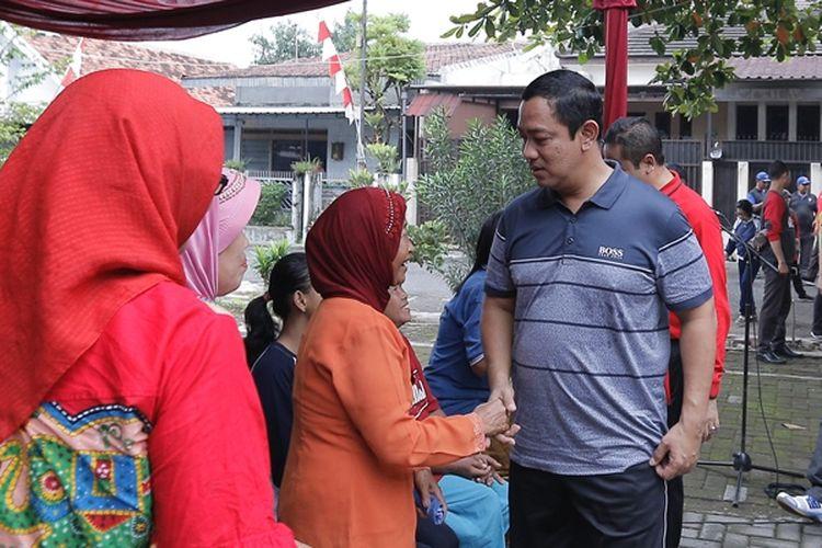Wali kota Semarang Hendrar Prihadi menyapa warga saat kegiatan jalan sehat di Pandean Lamper, Semarang, Rabu (16/1/2019)