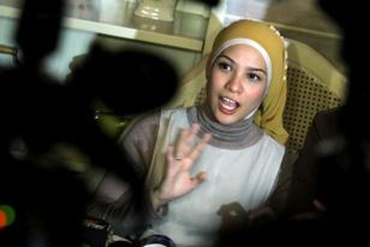 Pemain film sekaligus anggota DPR RI, Rachel Maryam Sayidina didampingi suaminya, Edwin Aprihandono melakukan konferensi pers terkait pencemaran nama baik yang dilakukan seseorang di salah satu jejaring sosial, di Bird Cage Cafe, Jakarta Selatan, Selasa (14/5/2013).