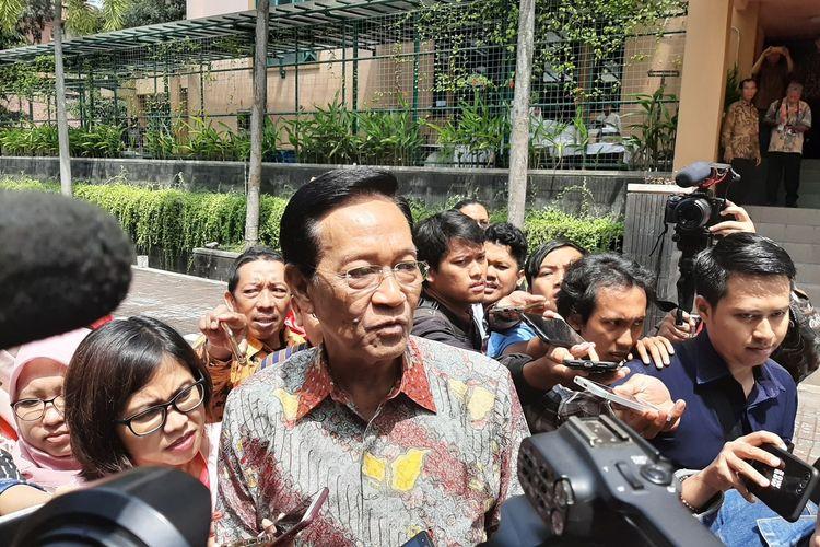 Gubernur DIY Sri Sultan HB X saat menemui wartawan usai menghadiri dan menjadi pembicara kunci dalam acara dialog kebangsaan di Universitas Islam Indonesia (UII).