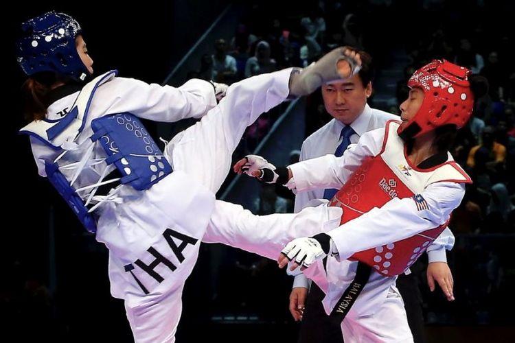 Atlet taekwondo puteri Malaysia, Nur Dhia Liyana Shaharuddin (kanan) saat SEA Games 2017