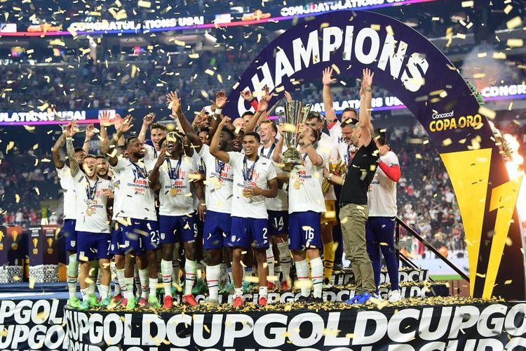 Timnas Amerika Serikat mengangkat trofi Gold Cup alias Piala Emas Concacaf 2021, Senin (2/8/2021) pagi WIB.