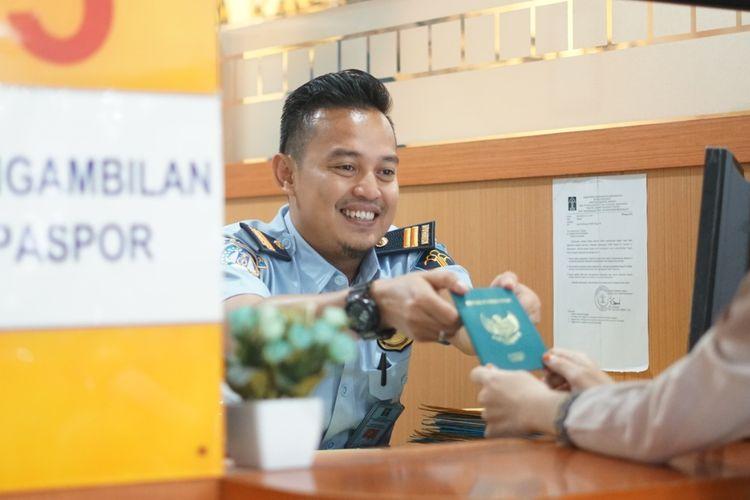 Pengambilan paspor yang berguna bagi masyarakat untuk bepergian ke luar negeri.