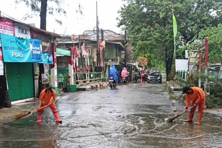 Petugas PPSU tangani genangan air di beberapa titik di Kelurahan Sukapura, Jakarta Utara, Selasa (14/9/2021).