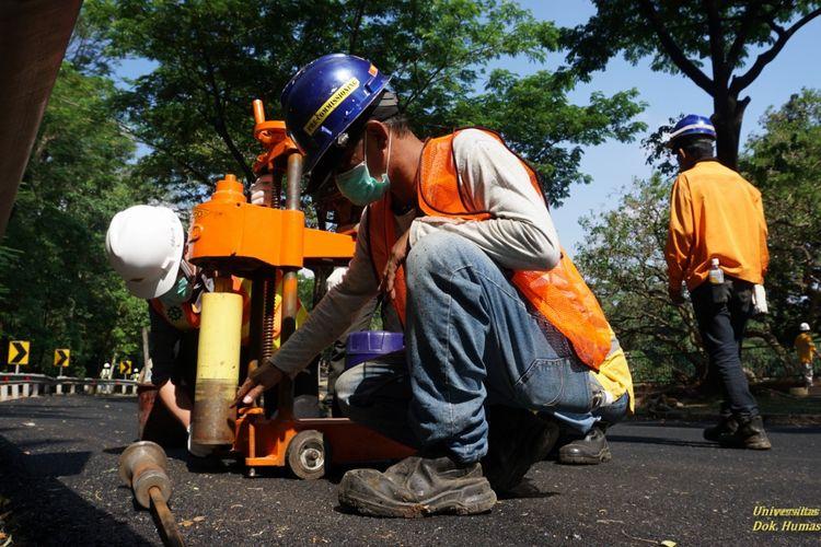 Universitas Indonesia melakukan uji coba pengaspalan jalan kampus menggunakan aspal dengan campuran sampah plastik, Jumat (28/8/2020).